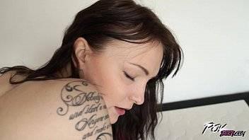 Filme porno de mulher ninfeta branquinha fodendo sua buceta