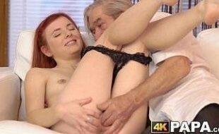 Novas porno ruiva safada fodendo sua bela buceta apertada