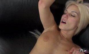 Porno boa foda loira magrinha fodendo sua bela buceta apertada