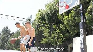 Cenas de sexo gay com novinhos metendo depois de uma partida de basquete