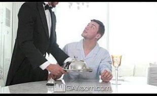 Novinho gay xvideos transando com o garçom do hotel