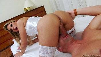 Sexo masoquista com um travesti bem dotado da porra que adora deixar o seu macho chupar