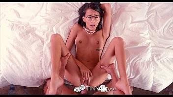 Vidio de sexo novinha metendo na cama com as perninhas bem arreganhadinhas