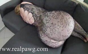 Gostosa de ladinho no sofá exibindo o rabão