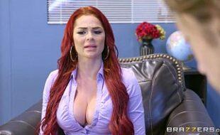 Porno doido com uma ruiva gostosa e uma loira safada dentro do escritório