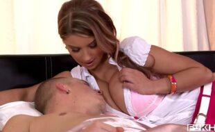 Safada socando os peitos grandes na cara de seu macho em um sexo de mulheres bundudas