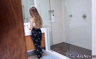 Novinha sendo comida no banheiro pelo namorado