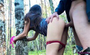 Porno incesto ao ar livre dotado gozando na xota da prima de quatro